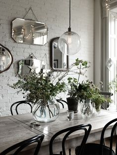 Fall in love with these vintage industrial dining rooms and get inspired by its interior design Deco Boheme Chic, White Brick Walls, White Bricks, Industrial Dining, Industrial Interiors, Vintage Industrial, New York Homes, Faux Brick, Exposed Brick