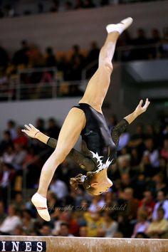 Dariya Zgoba performs on balance beam during women's team final competition at 2006 World Championships Artistic Gymnastics. Gymnastics World, Amazing Gymnastics, Gymnastics Pictures, Sport Gymnastics, Artistic Gymnastics, Olympic Gymnastics, Rhythmic Gymnastics, Olympic Games, Female Dancers