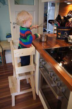 So bautman einen Learning Tower (Lernturm) aus dem Ikea-Hocker Bekväm (Detaillierte Bauanleitung). Ikea Hacks für Kinder