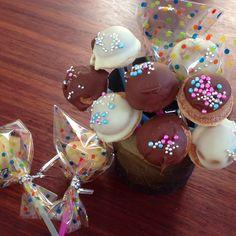 市販の鈴カステラにチョコをトッピング! ストローにさしました♬ 姉妹で大騒ぎしながらも、楽しく作業してました♡ 簡単で子供たちも満足な楽しい時間でした♡