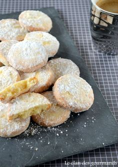 Shortbread biscuits with lemon Biscuit Cookies, Yummy Cookies, Spritz Biscuit, Shortbread Biscuits, Cookie Recipes, Dessert Recipes, Desserts With Biscuits, Cooking Cookies, I Love Food