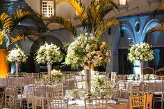 Arranjos altos para mesa de convidados - Casamento no Museu Histórico Nacional - Foto GreifFotografia.com