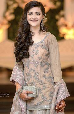 Party makeup pakistani wedding bride 40 New Ideas Pakistani Bridal Hairstyles, Saree Hairstyles, Pakistani Wedding Outfits, Pakistani Dresses, Open Hairstyles, Indian Hairstyles, Sarara Dress, Dress Outfits, Fashion Dresses