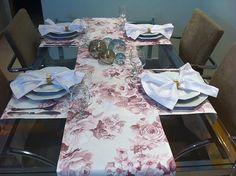 CAMINHOS DE MESA  Torne seu Almoço ou Jantar Inesquecível com essa elegante composição de caminhos de mesa.    Para mesa de 6 lugares  COMPOSTO POR 3 peças:  - 1 (um) caminho de mesa, medindo 2.20 x 42 cm (R$ 64,00)  - 2 (dois )caminhos de mesa, medindo 1.60 x 42 cm (2 x R$ 46,00)  Valor total R$...