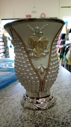 Vase Centerpieces, Vases Decor, Bottle Art, Bottle Crafts, Flower Vases, Flower Pots, Bling Bedroom, Pearl Crafts, Head Table Wedding