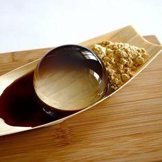 Bánh giọt nước có tên tiếng Nhật là Mizu Shingen Mochi, được ăn kèm với bột đậu nành kinako cùng si-rô đường nâu.