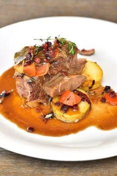 Hovězí žebra na kořenové zelenině a pivu — Kluci v akci — Česká televize Korn, Pot Roast, Ethnic Recipes, Carne Asada, Roast Beef