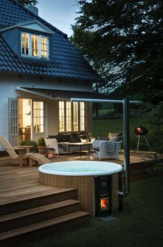 For a unique garden design: Decorate your terrace with a wood-framed . - For a unique garden design: decorate your terrace with a wood-fired hot tub.