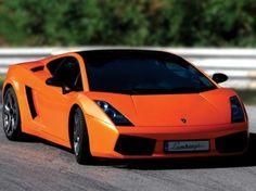 Autoilusta innostunut pariskunta? Ajelu Lamborghini Gallardolla jää varmasti mieleen.