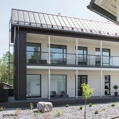 We are in love with this beautiful Scandinavian home House Siding, Scandinavian Home, Garage Doors, Construction, Wood, Outdoor Decor, Beautiful, Home Decor, Building