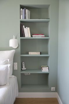 shallow niche next to the bed, perhaps with hidden headboard cupboard? Headboard With Shelves, White Headboard, Pretty Bedroom, Bed Wall, House Inside, Built In Wardrobe, Home Bedroom, Bedrooms, Beautiful Interiors