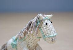 White/Ivory amigurumi Horse with removable Saddle  von YarnBallStories auf DaWanda.com