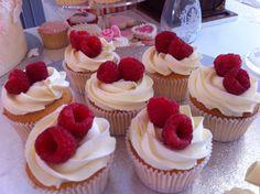 Citroencupcakes met verse frambozen.