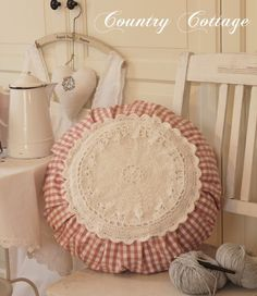 Awesome round pillow - My Country Cottage Garden: December 2012 Crochet Pillows, Sewing Pillows, Diy Pillows, Decorative Pillows, Sewing Patterns Free, Free Sewing, Sewing Hacks, Sewing Crafts, Leftover Fabric
