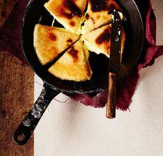 Jos rakastat tuoretta leipää ja juustoa, sinun on kokeiltava georgialaista, kuumaa juustoa valuvaa hatsapuri-leipää. Jäät kerrasta koukkuun.