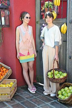 Style :: Luchi, pollera tejida (Tallercito Lanas), camisa (Tregua), zapatos (Las  Pilares) y anteojos (Infinit). Paz, pantalón (Las Pepas), buzo (Grana Páez) y zapatos (Las Pilares).