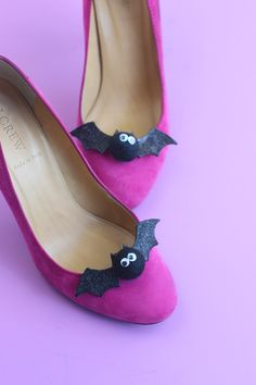 DIY some amazing bat flats to rock on Halloween. Holidays Halloween, Halloween Crafts, Halloween Decorations, Halloween Party, Superhero Halloween, Homemade Halloween, Halloween Ideas, Diy Costumes, Halloween Costumes