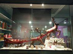 Escaparate navideño,  con trineo de santa claus y renos. www.evdae.com