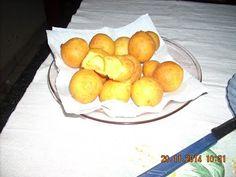 PÃO DE QUEIJO FRITO OU (ESPIRRO) = 1 prato fundo de queijo ralado, 3 col sp bem cheia de polvilho doce, 1 colher cheia sp fermento royal,  3 ovos =