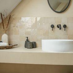 Beton cire badkamer | Waterdicht | Douche | Wand - Beton Cire Nederland Wall And Floor Tiles, Wall Tiles, Bathroom Interior Design, Modern Interior Design, Baño Color Beige, Terrazo, Beige Bathroom, Room Tiles, Handmade Tiles