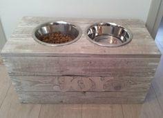 Zo klaar met losse bakken, zelf een leuke hondenvoerbakhouder gemaakt van sloophout. :)
