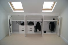idée pour un dressing sous pente gain de place - meuble sous pente bas, des placards, munies de penderie, tiroirs, idée comment organiser ses vêtem - Attic Bedroom Storage, Loft Storage, Attic Bedrooms, Attic Bathroom, Bedroom Loft, Diy Bedroom, Eaves Bedroom, Dormer Bedroom, Bedroom Closets