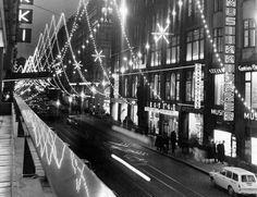 Aleksanterinkatu, liikennettä joulukadulla marraskuussa 1965. Unto Laitila. Helsingin kaupunginmuseo.