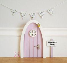 Fee Tür mit personalisierten Schild. Lila mit Stoff Blumen