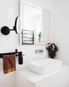 #badezimmer #bathroom #alape #schwarz #weiß #whiteinterior #whiteliving #balck #white #villeroy #boch #finion #justlook #decorwalther #steinberg #treibholz #ribbon #heizkörper #led #spiegel #beton #nude Devon Devon, Villeroy, Bathroom Inspiration, Instagram, Design, Bath, Bathroom, Drift Wood, Nice Asses
