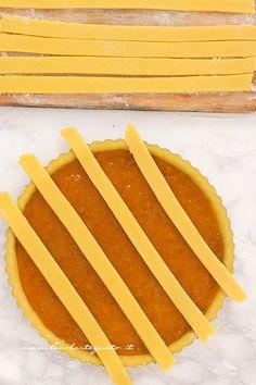 Aggiungere le striscie sulla crostata - Ricetta Crostata alla marmellata
