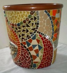 Beautiful flower pot with swirls of Mosaic color Mosaic Planters, Mosaic Tray, Mosaic Tile Art, Mosaic Flower Pots, Mosaic Garden, Mosaic Crafts, Mosaic Projects, Mosaics, Pebble Mosaic