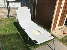 Der Liegestuhl. Die Liegestühle.  Auf dem Liegestuhl liegt ein aufgeschlagenes Buch. Der Liegestuhl steht auf dem Rasen.