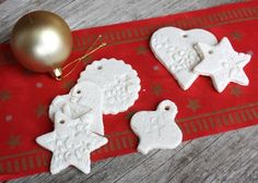 Vianočné dekorácie zo slaného cesta Gingerbread Cookies, Diy And Crafts, Christmas Ornaments, Holiday Decor, Food, Education, Hampers, Bricolage, Ginger Cookies