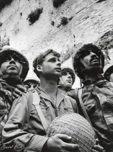 This is arguably the most famous photo taken since Israel's creation. After years of the Western Wall being out of control of Israel, these soldiers were among the first to liberate the landmark. Jerusalem Israel, East Jerusalem, Israel History, Jewish History, Jewish Art, Jewish Music, Arte Judaica, Naher Osten, Reunification
