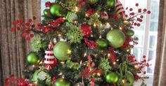 Piros-zöld díszített karácsonyfa