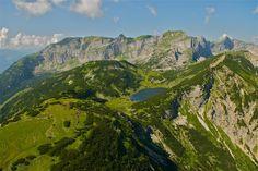 A Kramsach közelében fekvő gyönyörű hegyi tó, a Zireiner See Tirol legtöbbet fényképezett tava .     A Rofan hegység fenséges kulisszái által körülölelt tavacska,     1800 m magasban , idilli alpesi legelő közepén fekszik.     Ideális kirándulási célpont, a Kramsachból induló Sonnwendjochbahn hegyállomásától...