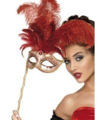 Masca pentru carnaval cu design extraordinar cu pene rosii si maner.