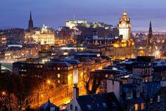 Panorámica de Edimburgo al anochecer