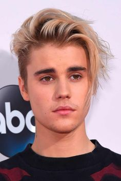 Are you keen on the way Justin Bieber hair looks? Here, you can trace the evolution of his boldest hairstyles from 2009 bowl cut to 2019 short buzz cut through blonde undercut faux hawk to flip long fringe with shaved sides. #menshaircuts #menshairstyles #justinbieber #justinbieberhair