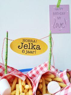Morgen is het zes jaar geleden dat Jelka werd geboren. Feest! We zijn druk bezig met de voorbereidingen. De taart wordt gebakken (niet door mij), de Friese oranjekoek is besteld, ik haal nog een stofzuiger door de kamer en gooi wat chloor in de wc. De boodschappen zijn gehaald, de...