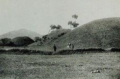 Gyeongju tombs 황남동 고분 - 1920년대. 죽은 아이를 넣은 옹기를 지게에 지고 묻으러 가는데 일본 순사가 검문한다.