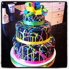 Glow in the Dark Neon Party Ideas + Party Themes for Teenagers Party-Themen-Neon Party-Glow Party-Id Bolo Fake Neon, Bolo Neon, Glow In Dark Party, Glow Party, 80s Party, Glow In The Dark Cupcakes, Black Light Party Ideas, 13th Birthday Parties, Birthday Cake