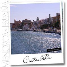 Me gustó Ciutadella, muy agradable madrugar y recorrer las calles todavía desiertas de su centro histórico, la suave luz sobre la catedral recortándose en el intenso azul del cielo, sus callejuelas con las casas en tonos de la tierra...