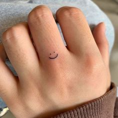 Tiny Tattoos For Girls, Cute Tiny Tattoos, Pretty Tattoos, Mini Tattoos, Small Tattoos On Finger, Dainty Tattoos For Women, Small Bff Tattoos, Tattoo Finger, Finger Tattoo Designs