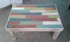 Mesa baja de madera de paraisos reciclada y patinada en colores pasteles.