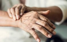Close up hands of senior elderly woman patient suffering from pakinson's desease symptom. Mental health and elderly care concept Tremors Hand, Examen Clinique, Deep Brain Stimulation, Bone Diseases, Body Tissues, Elderly Care, Multiple Sclerosis, Hands, Frases