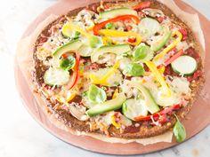 Bunte Low Carb Veggie-Pizza mit Wirsingboden
