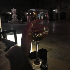 There are two ways to reach me: by way of kisses or by way of the imagination. But there is a hierarchy: the kisses alone don't work White Wine, Red Wine, Fotografia Tutorial, Wine Mom, Night Aesthetic, In Vino Veritas, Aesthetic Pictures, Night Life, Wine Glass