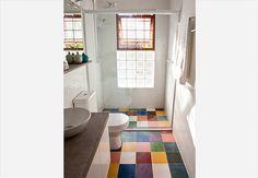 O banheiro tem base branca, mas divertido mosaico de cores nos ladrilhos hidráulicos. Projeto da arquiteta Fernanda Neiva, da Galeria Arquitetos