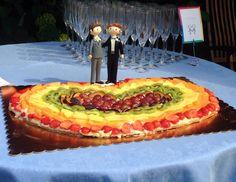 Crostata con crema pasticciera al limone e frutta fresca. A forma di cuore con la bandiera Rainbow, per l'unione di Francesco e Fernando